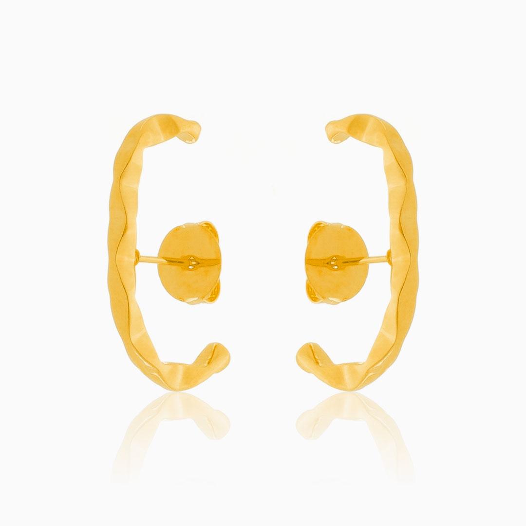 Brinco ear hook amassado banhado a ouro 18k