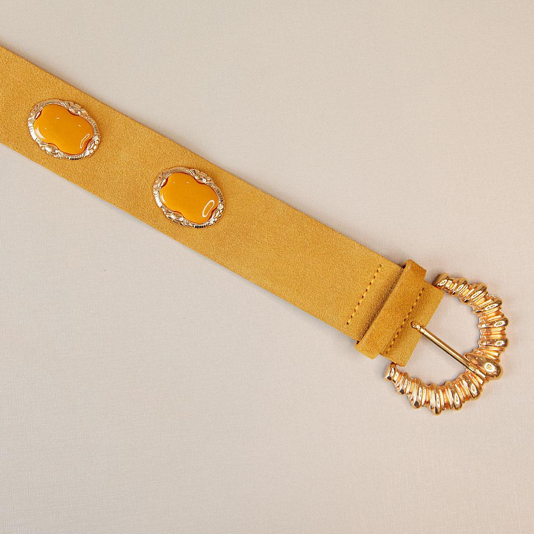 Cinto de couro camurça Carol mostarda com detalhes em acrílico e fivela dourada