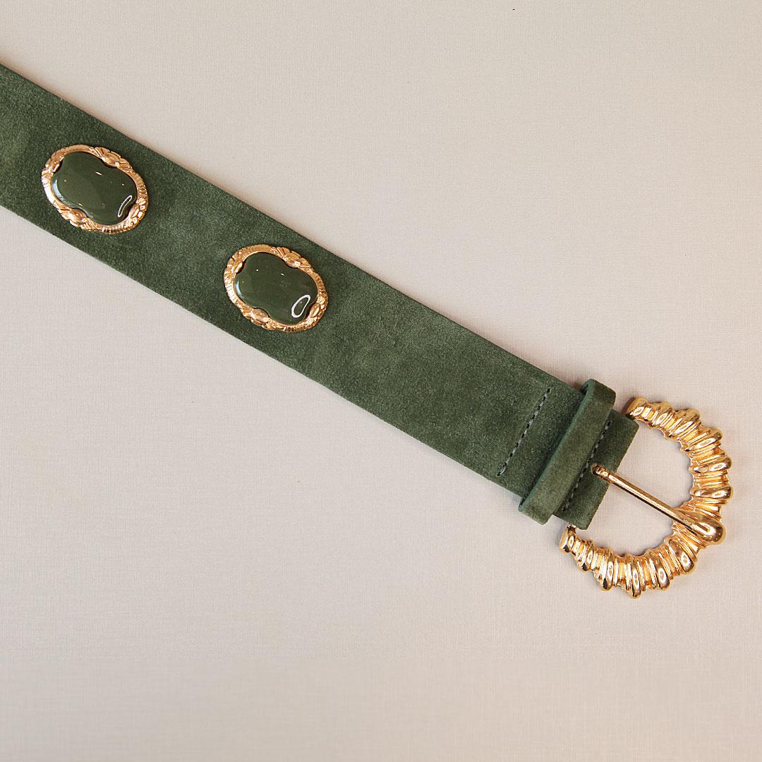 Cinto de couro camurça Carol verde escuro com detalhes em acrílico e fivela dourada