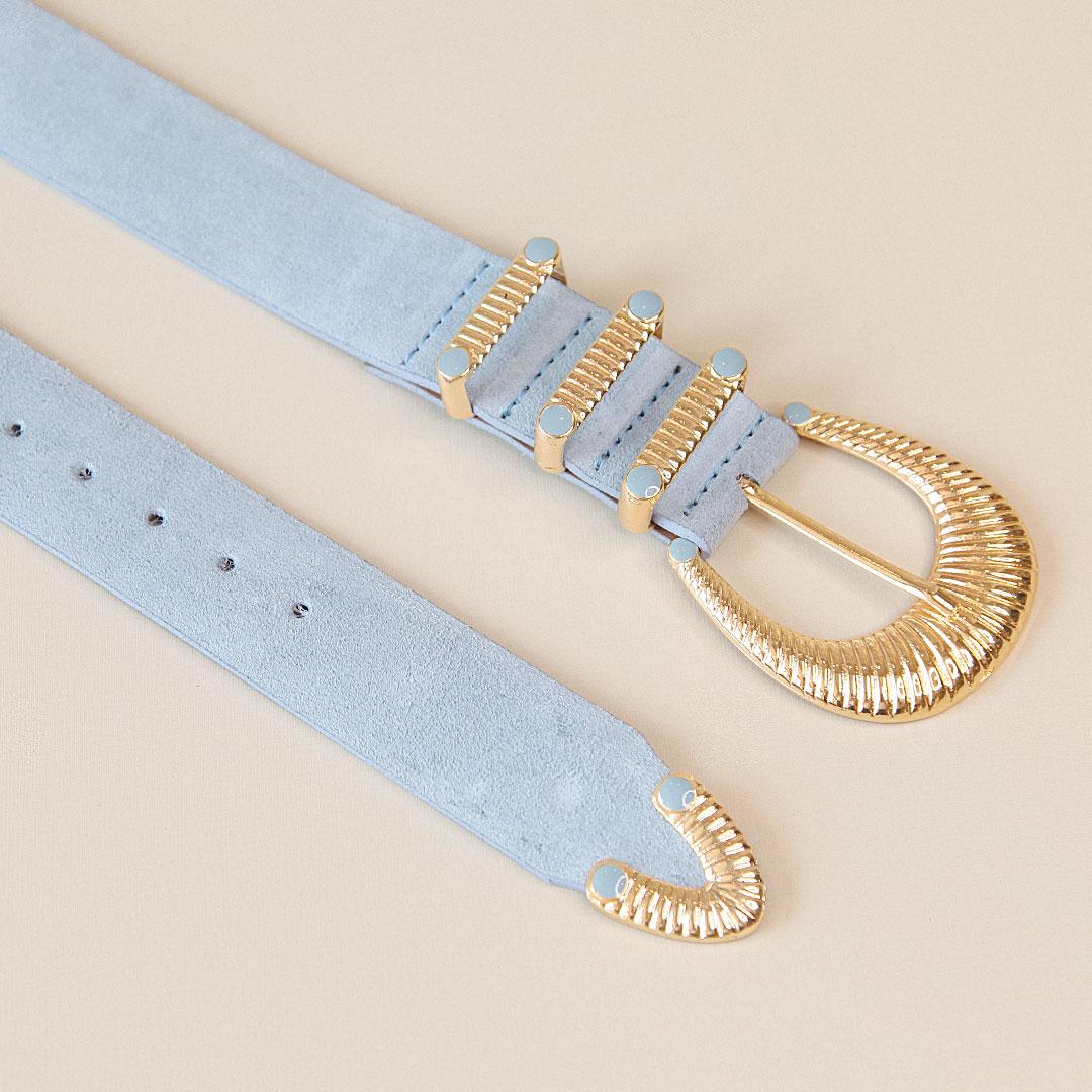 Cinto de couro camurça Maria azul claro com fivela e ponteira dourada