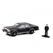 Miniatura Ford LTD Crown Victoria 1987 Man in Black Suit 1/64 Greenlight