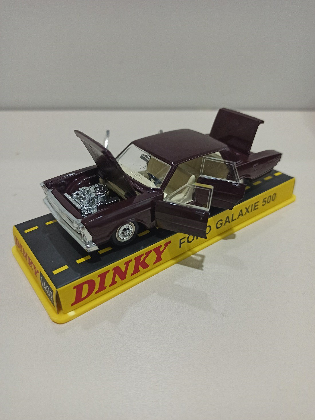 Miniatura Ford Galaxie 500 1/43 Dinky Toys com defeito