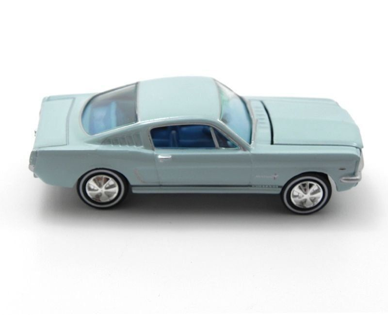 Miniatura Ford Mustang Fastback 1966 1/64 Johnny Lightning