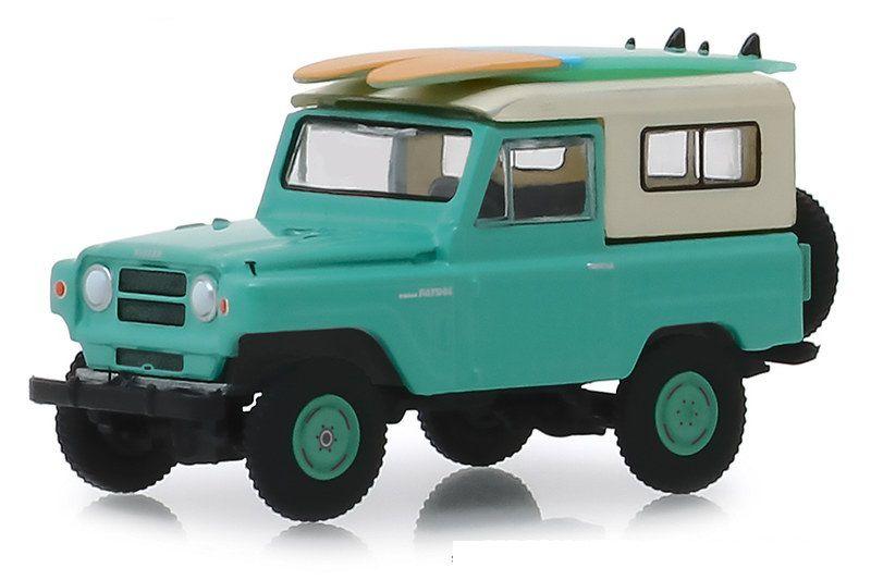 Miniatura Nissan Patrol 1969 com prancha surf Hobby Shop 1/64 Greenlight