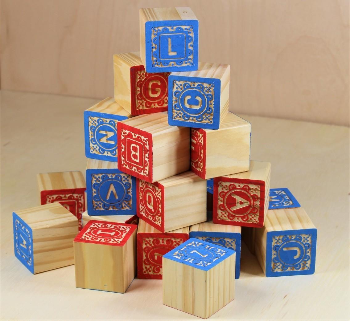 Brinquedo de madeira - Blocos ABC Entalhados 2 Cores - 27 cubos, da ULLA - Cód. U-CE2