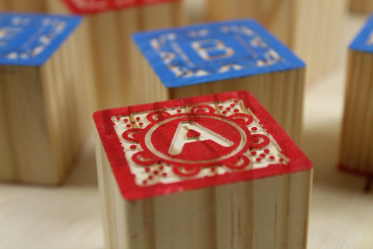 Blocos ABC Entalhados 2 Cores, 27 cubos de Madeira, da ULLA - Cód. U-CE2