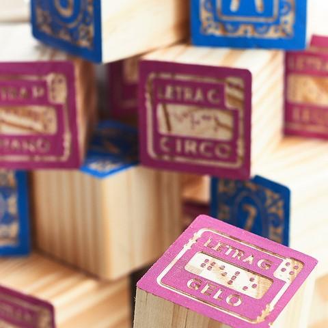 Brinquedo de madeira - Blocos Entalhados Letras + Braille - 27 cubos, da ULLA - Cód. U-CBE
