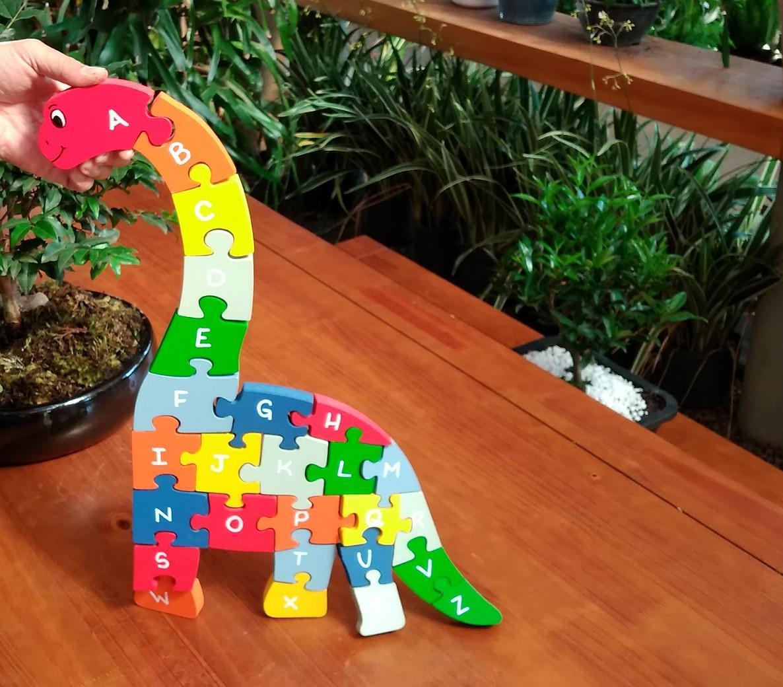 Brinquedo de madeira Quebra-cabeça com Alfabeto e Números Braquiossauro, da Fábrika dos Sonhos - Cód. FS11