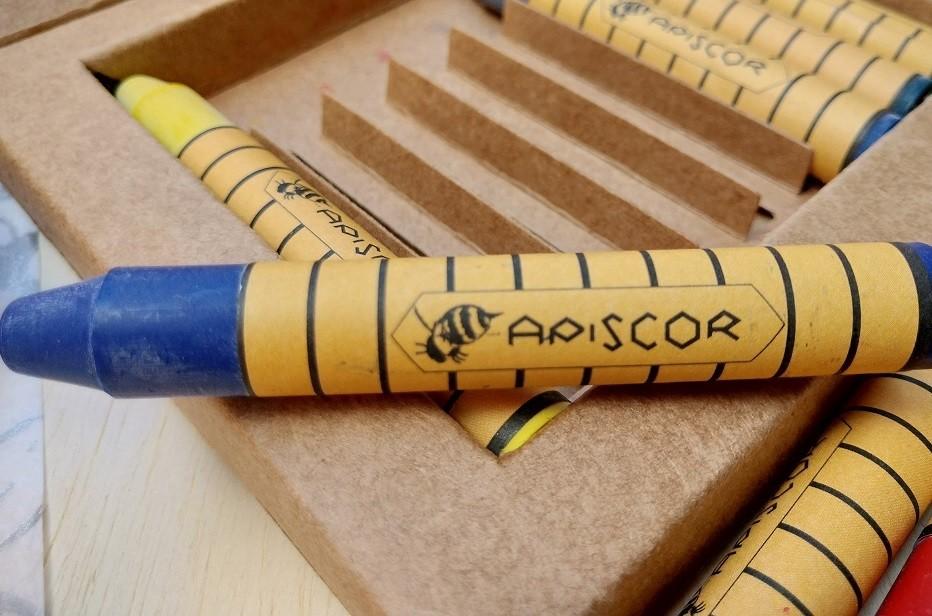 Giz de Cera de Abelha - Caixa com 16 cores (bastões), da Apiscor - Cód. AGC16L