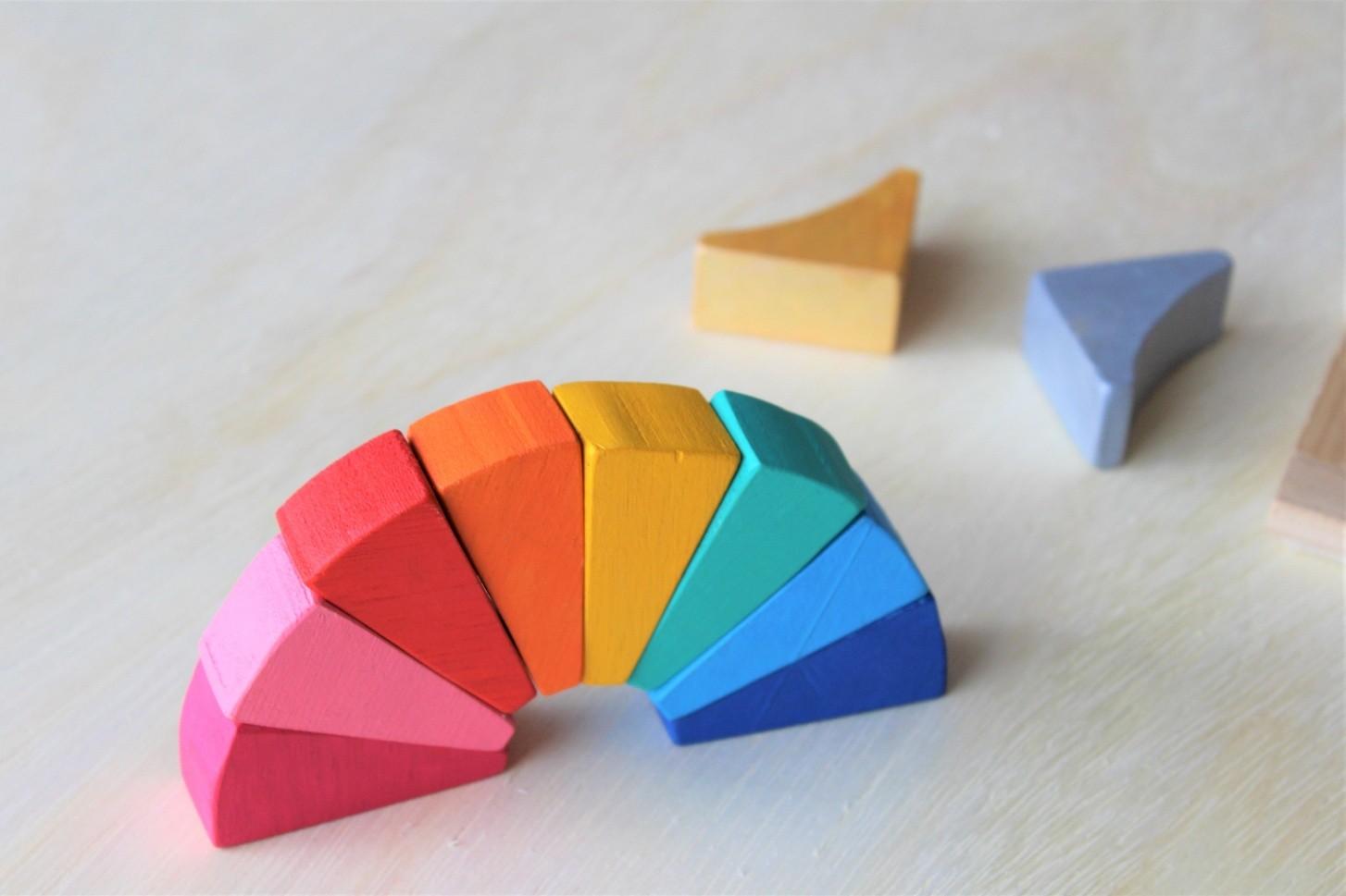 Kit Livro Pantone Colors + Conjunto de madeira Arco-Íris Diferente 2, Cód. LP022 + PP-014