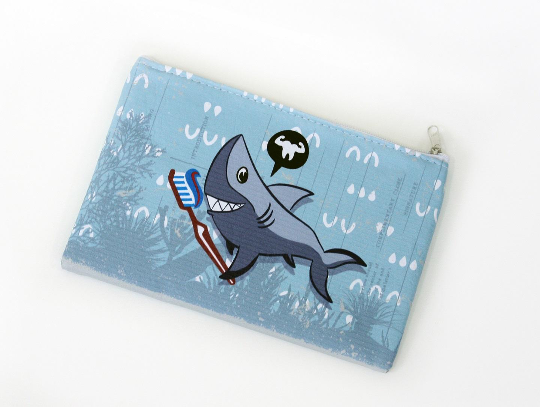 Nécessaire Envelope Infantil Tubarão, da Ó Design.