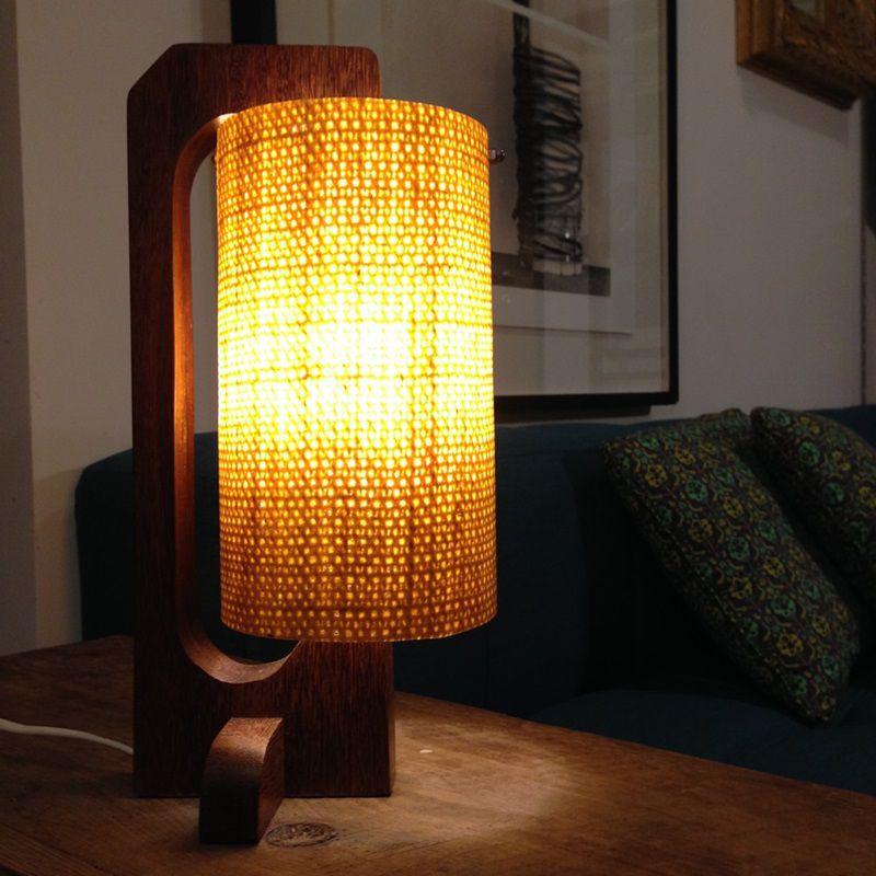 Luminária de mesa Cee (Madeira: Ipê certificado)