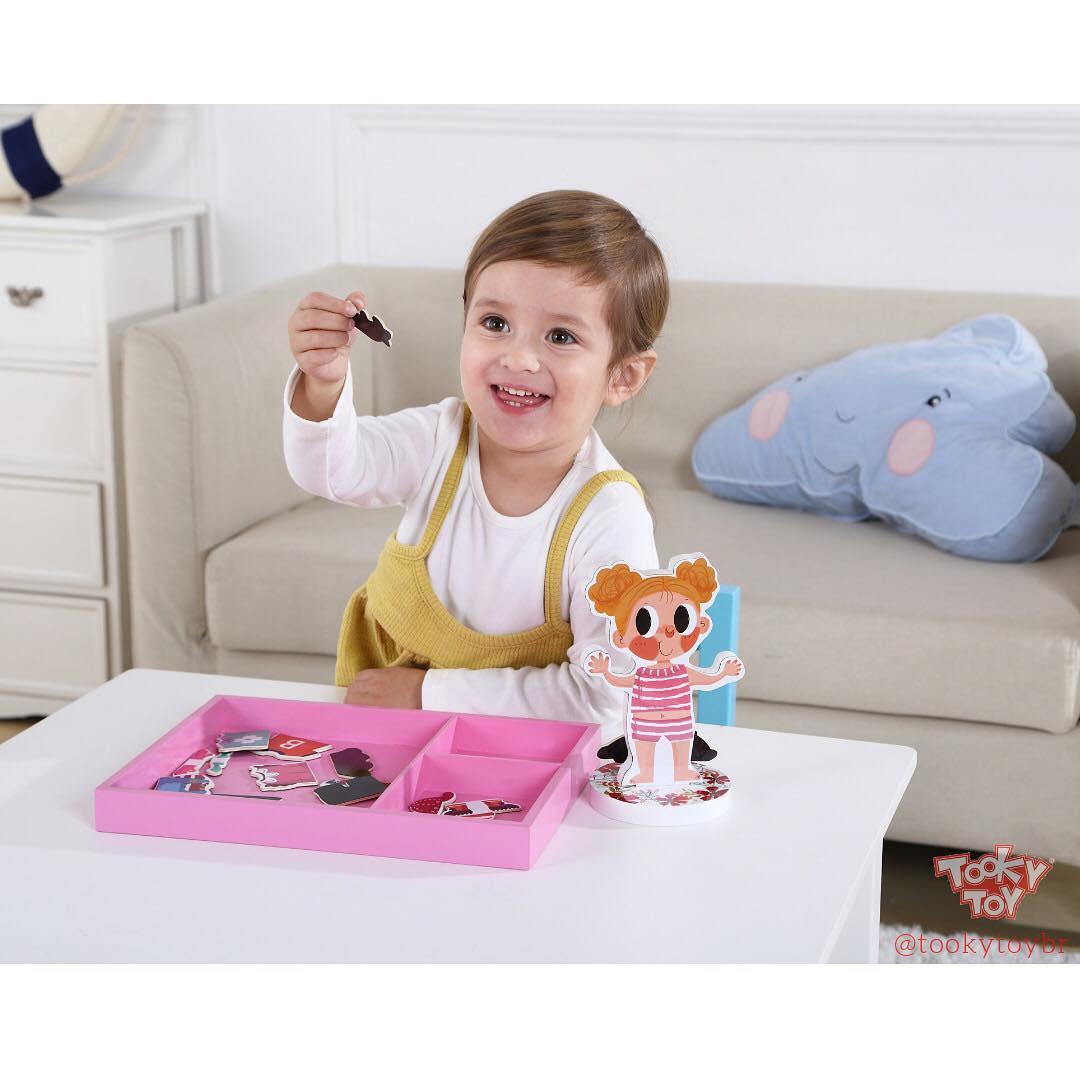 Brincando de Vestir Menina - Tooky Toy