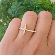 Anel Cruz Cravejada em Banho de Ouro