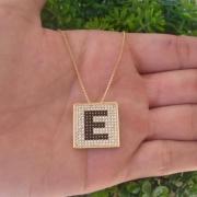 Gargantilha letra inicial cravejada com micro zircônias banho de ouro