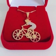 Pingente Fitness Ciclista Com Corrente Banhada A Ouro 18k