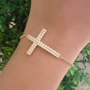 Pulseira Cruz Cravejada Com Pedras de Zircônia Banhada a Ouro