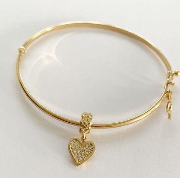 Bracelete Liso com Pingente Berloque Coração em Banho de Ouro
