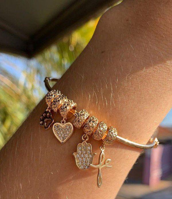 Bracelete Liso com Pingentes Berloques em Banho de Ouro