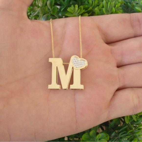 Gargantilha com letra inicial e coração banhada a ouro