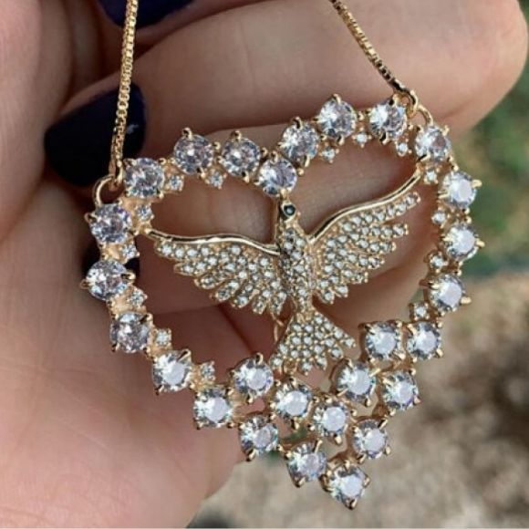 Gargantilha Coração Espírito Santo Pedras Brancas Banhado a Ouro