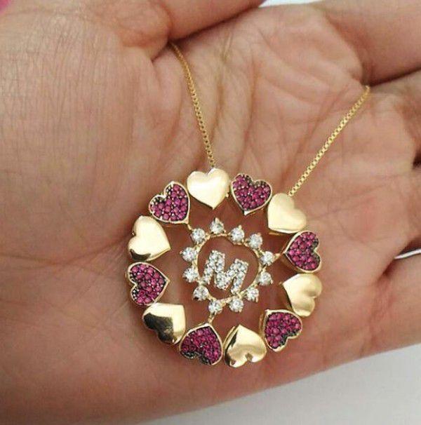 Gargantilha Mandala Inicial com Bordas com Corações Lisos e Cravejados Zircônias Rubi Banhado a Ouro