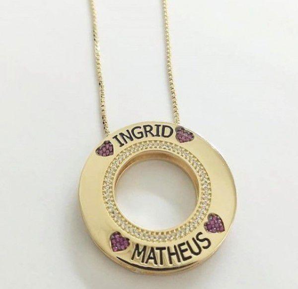 Gargantilha Mandala Personalizada Nomes com Aplique de Resina Negra Corações Rubi