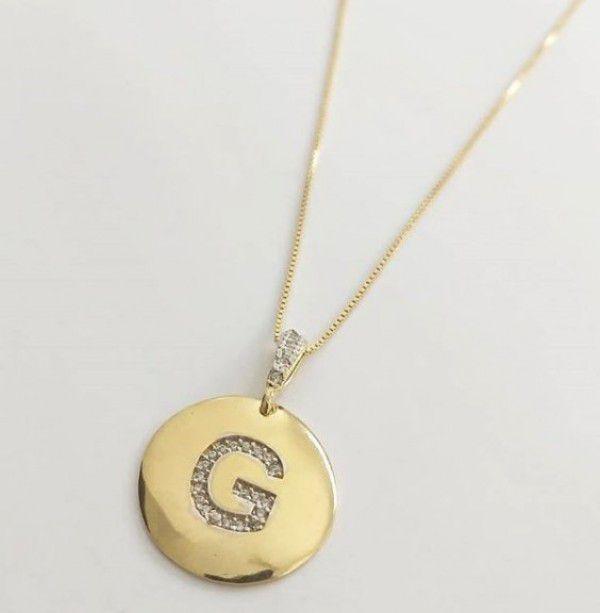 Gargantilha Medalha Letra Inicial Banho de Ouro/ Banho Rhodium Branco