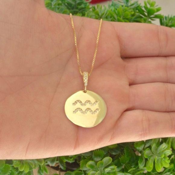 Gargantilha medalha signo cravejado banhado a ouro