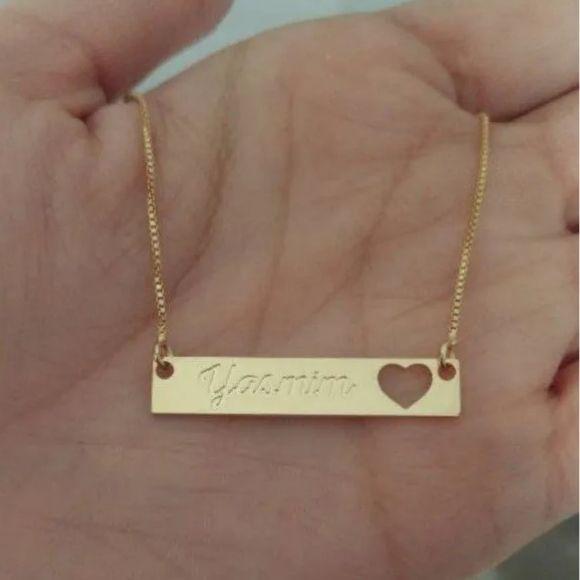Gargantilha Plaquinha Chapinha com Nome e Coração Vazado Banhado a Ouro