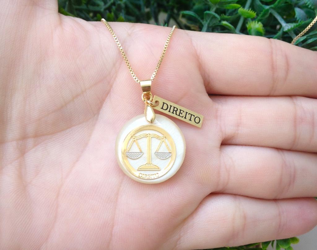 Gargantilha Profissão Direito de Resina Banhado a Ouro