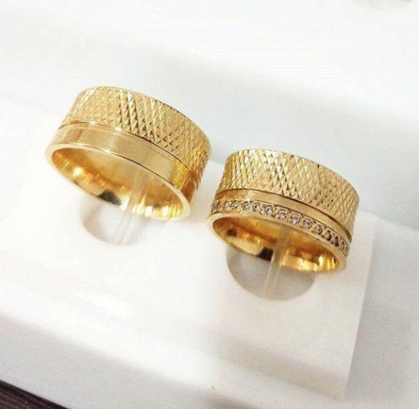 Par de Aliança 10mm Detalhes Diamantados em Prata Banhada a Ouro