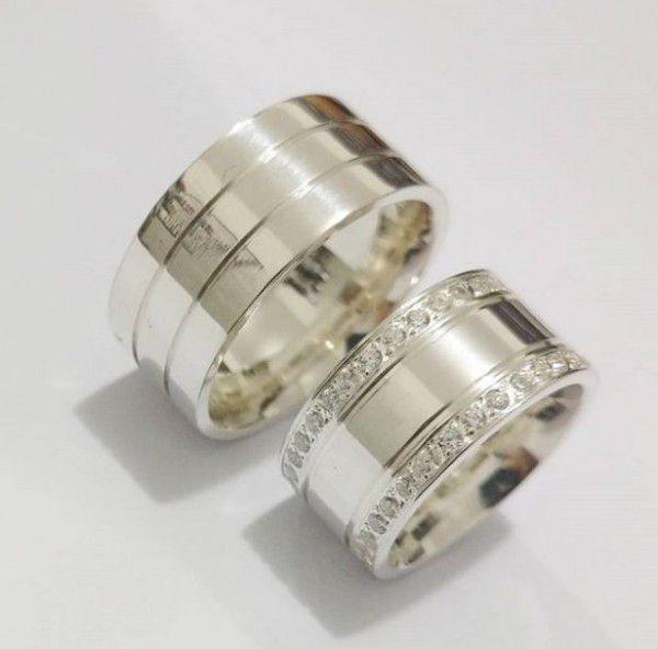 Par de Aliança 10mm Feminina dois Filetes Laterais Cravejados em Prata