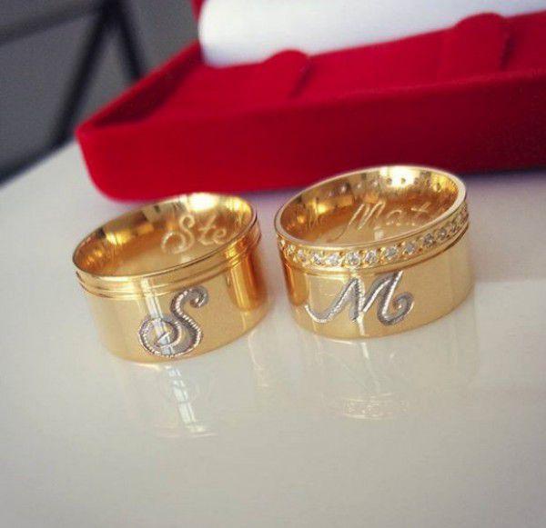 Par de Aliança 10mm Iniciais Aplique Rhodium Prata Banhado a Ouro