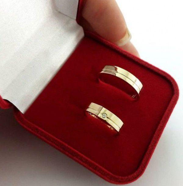 Par de Aliança 4,5mm Reta Lisa Friso Lateral Prata com Banhada a Ouro