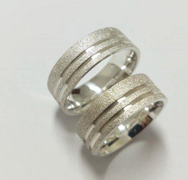 Par de Aliança 7mm Jateada com dois Frisos Lisos Laterais em Prata