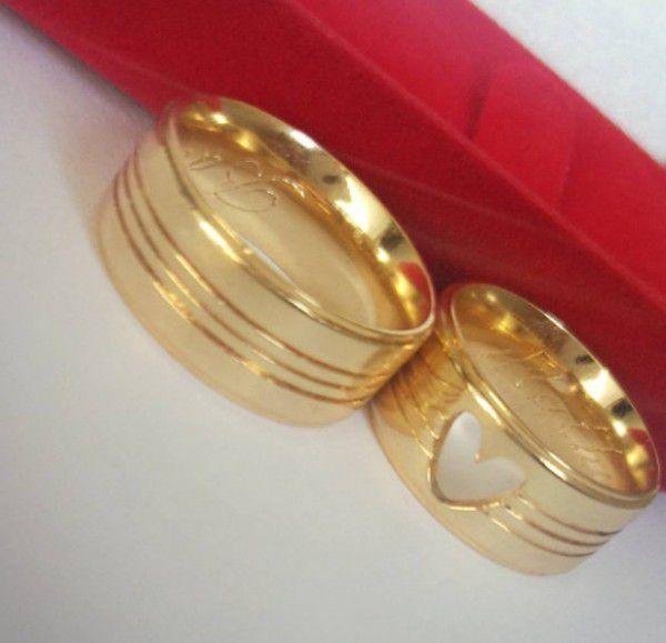 Par de Aliança 8mm Frisos Feminina Coração Prata Banhado a Ouro