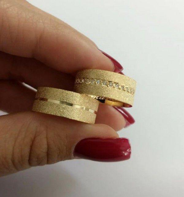 Par de Aliança 8mm Jateada Feminina Cravejada Prata Banhada a Ouro