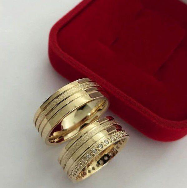 Par de Aliança 8mm Jateada Feminina Cravejada Prata com Banhado a Ouro