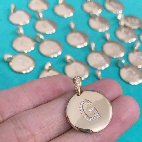 Pingente Medalha Letra Inicial Cravejada Banhado a Ouro