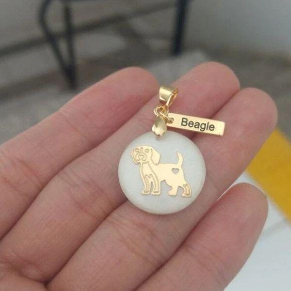 Pingente Resina Branca Cachorro Raça Beagle Pet  Banho de Ouro