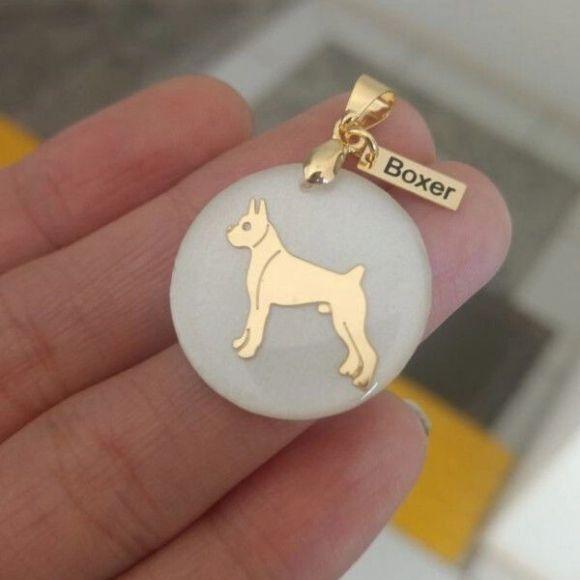 Pingente Resina Branca Cachorro Raça Boxer Pet  Banho de Ouro