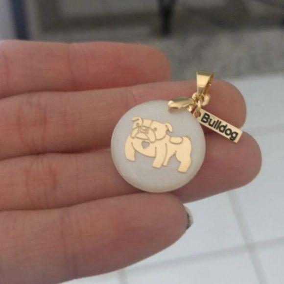 Pingente Resina Branca Cachorro Raça Bulldog Pet Banho de Ouro