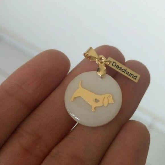 Pingente Resina Branca Cachorro Raça Daschund Pet  Banho de Ouro