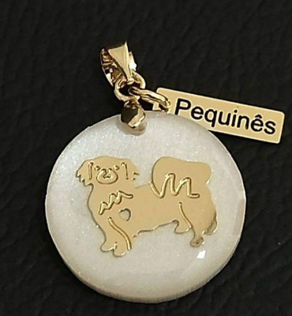 Pingente Resina Branca Cachorro Raça Pequinês  Banhado a Ouro