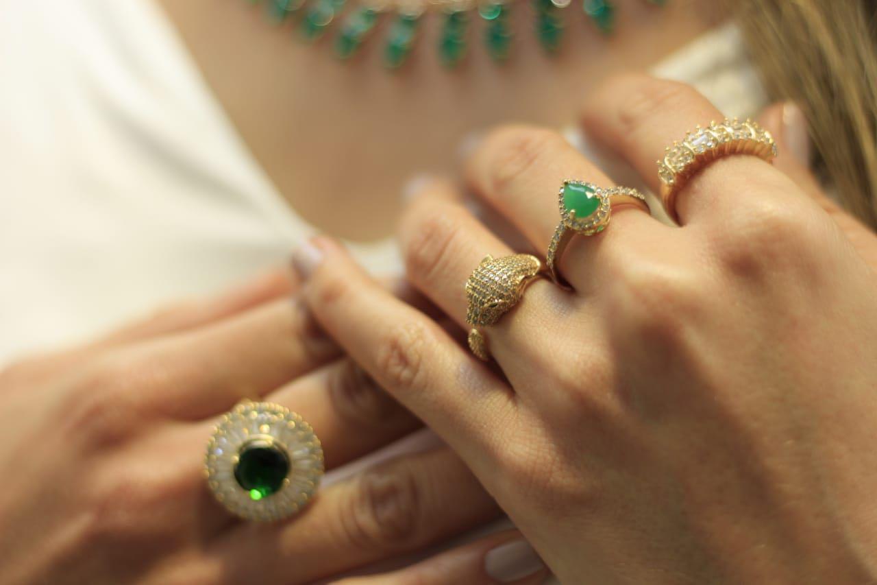 Anel com Cristal Verde com Zircônias Folheado a Ouro 18K