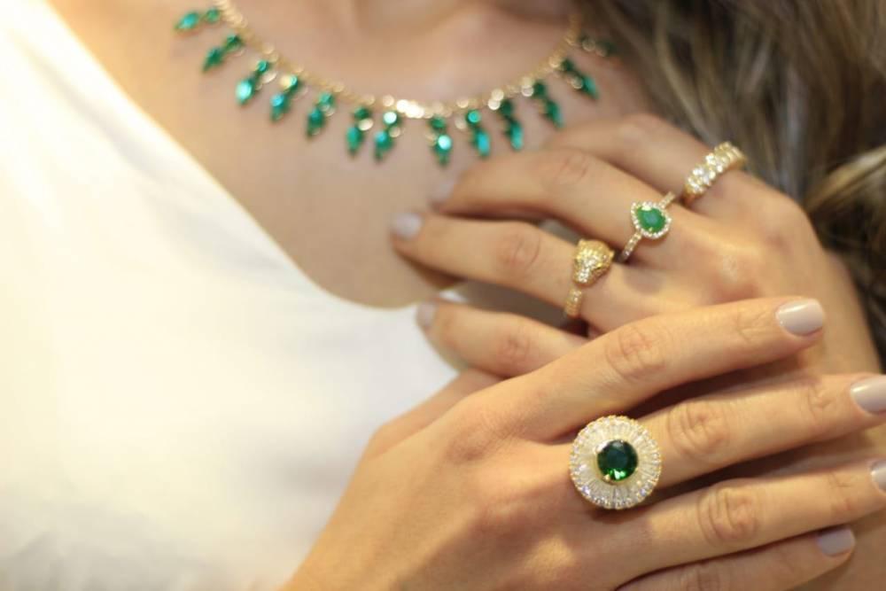 Anel Redondo com Pedra Verde e Mini Zircônias Cravejadas Folheado a Ouro 18K