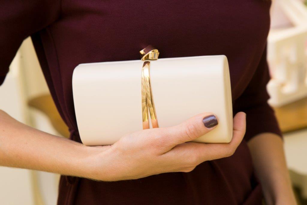 Bolsa Clutch Palha com Detalhe Central Dourado