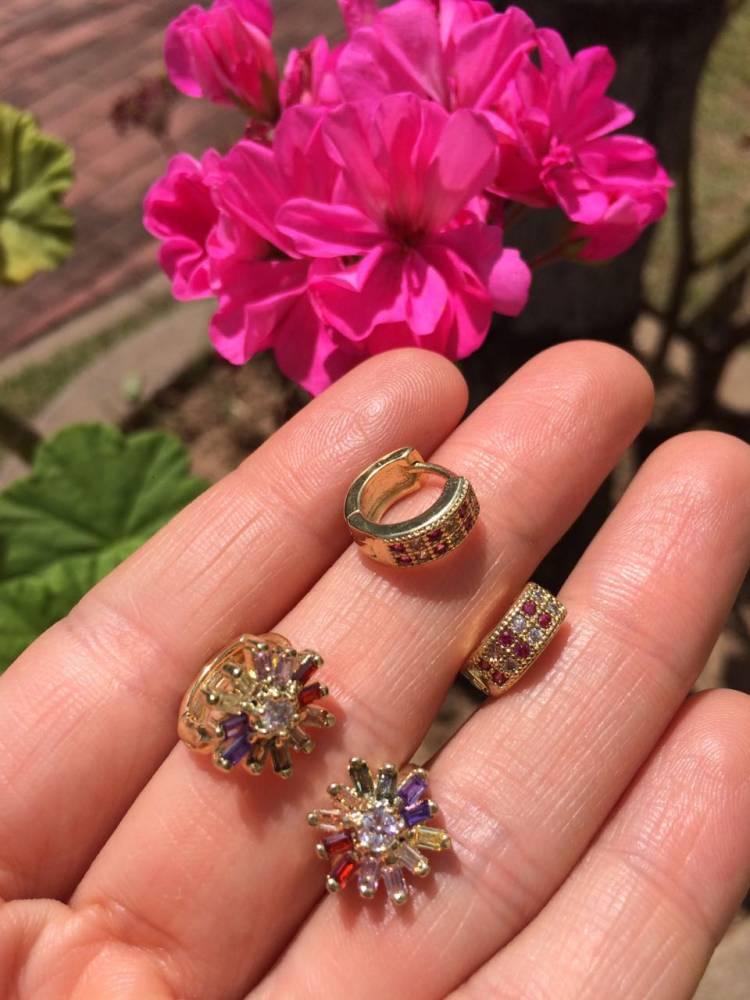Brinco Argola Flor com Zircônias Coloridas Folheado a Ouro 18K