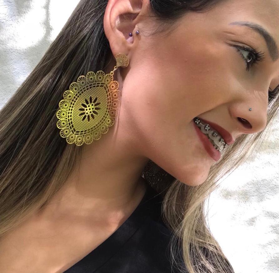 Brinco Maxi Mandala com Flor Central Folheado a Ouro 18K